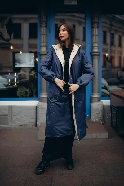Синее пальто-пуховик трапеция с контрастной подкладкой 40694