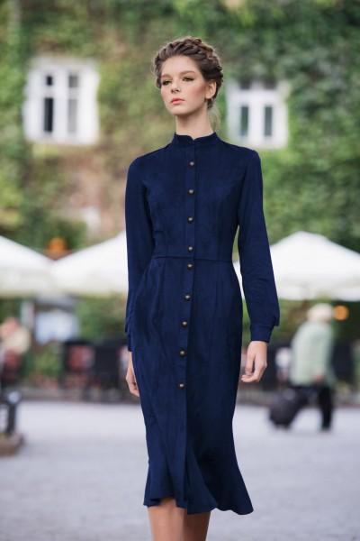 Платье миди длины на пуговицах из замши с юбкой годе синее 40522